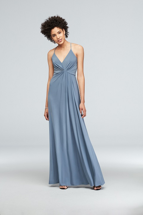 Bridesmaid in a flattering long blue dress with v-neck and flowy skirt with spaghetti straps
