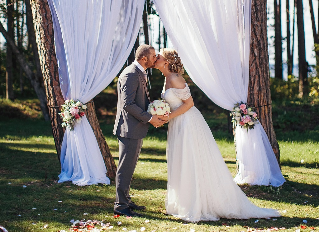 Bride Anna and Groom Levan share their first kiss as husband and wife