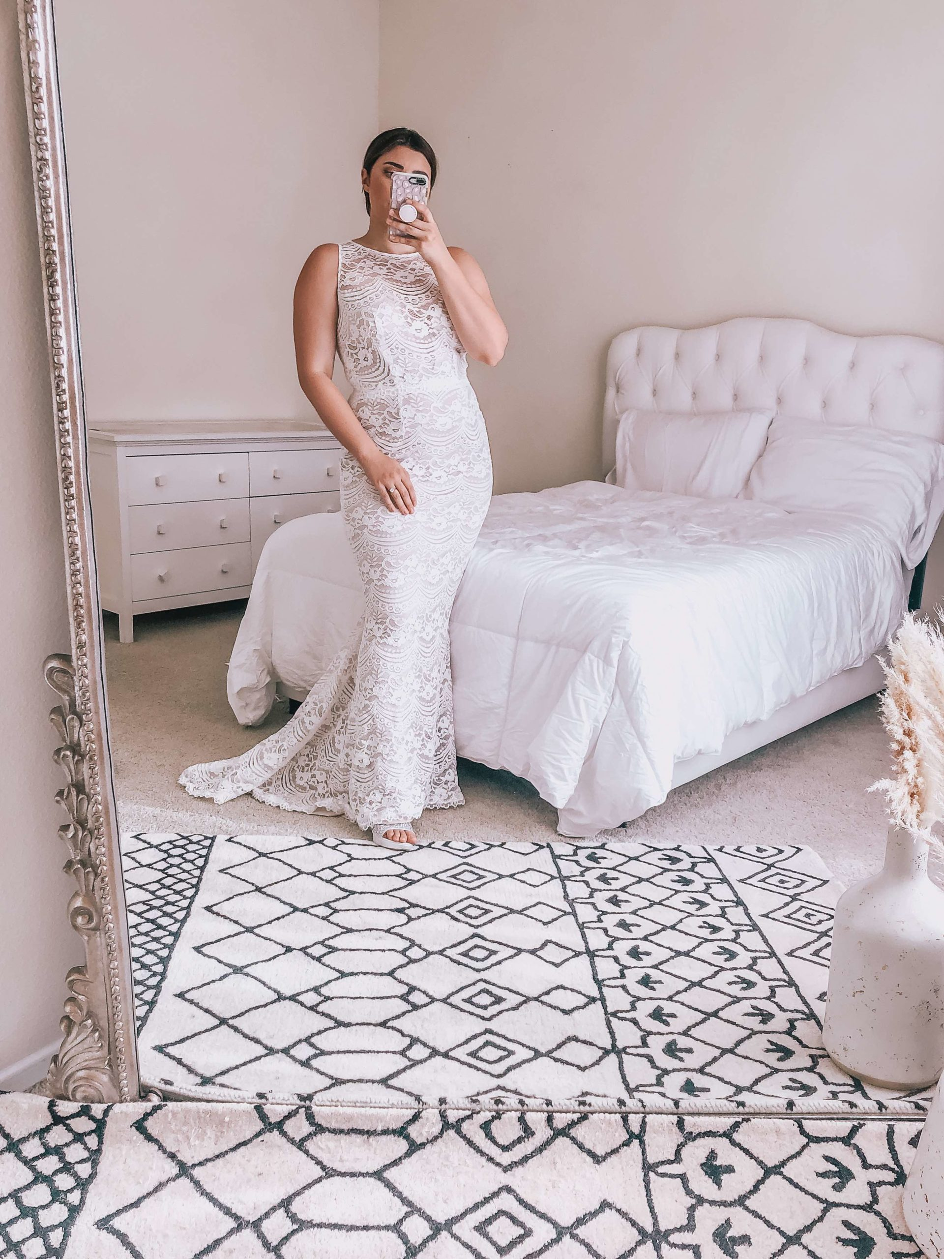Influencer @katie_lavieri taking a mirror selfie in style MS251214