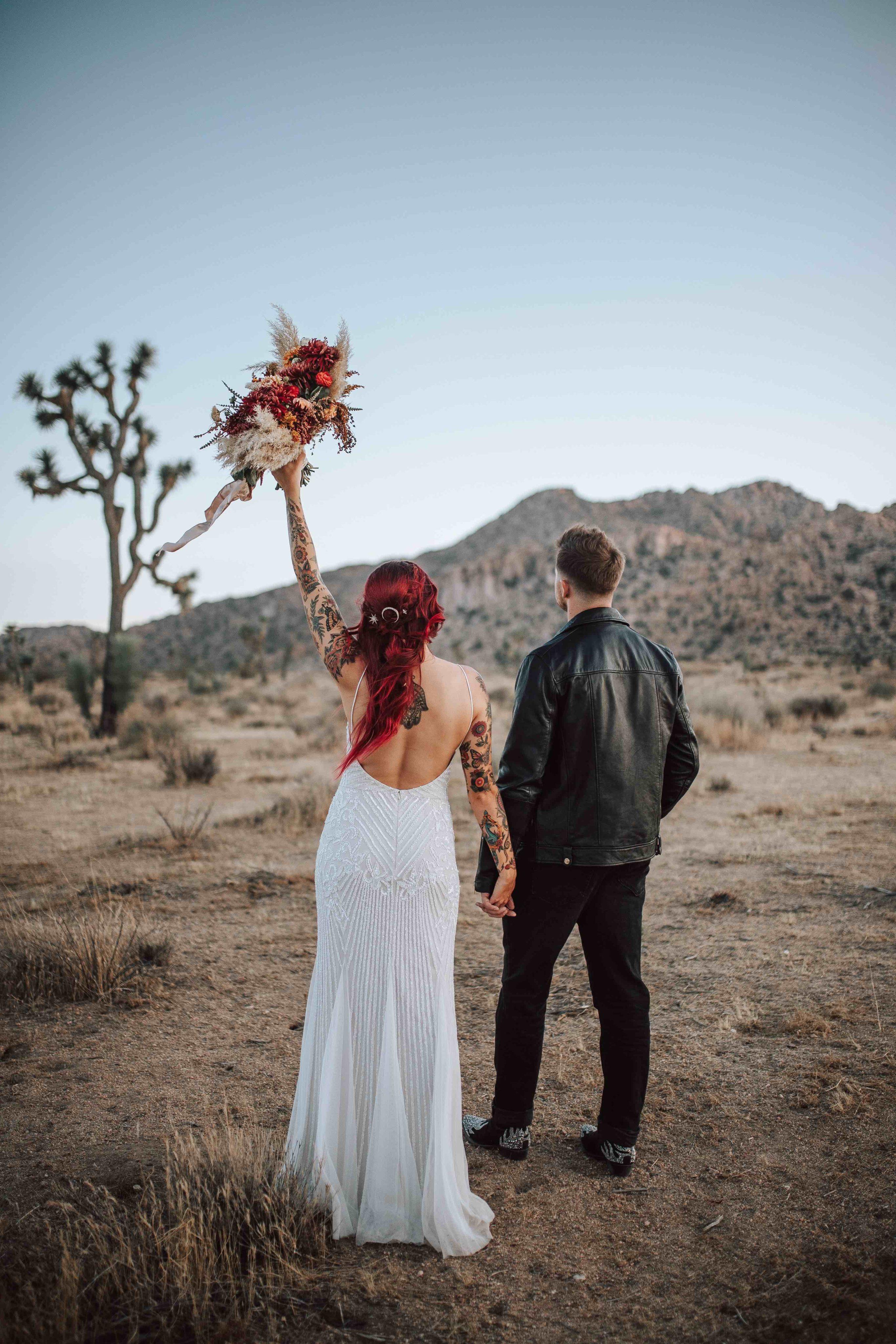 Mariée et marié marchant dans le désert