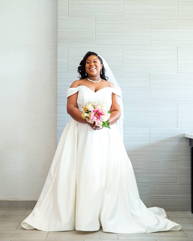 pengantin wanita yang mengenakan gaun pesta dari bahan satin