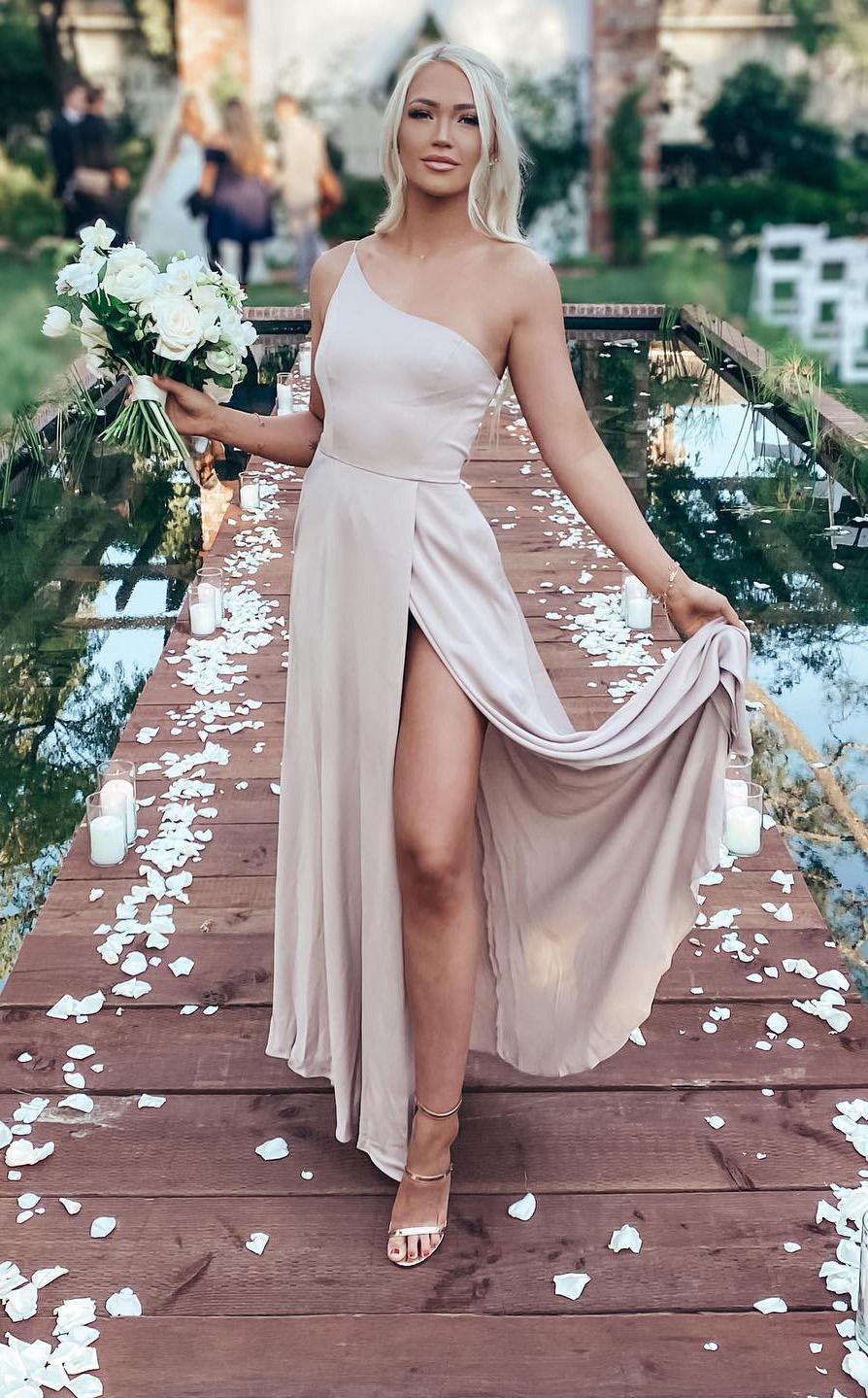 pengiring pengantin mengenakan gaun satin di biscotti