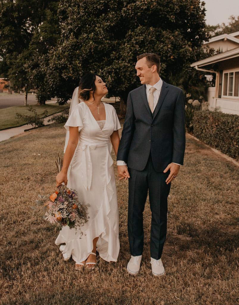 pengantin di pernikahan halaman belakang mereka