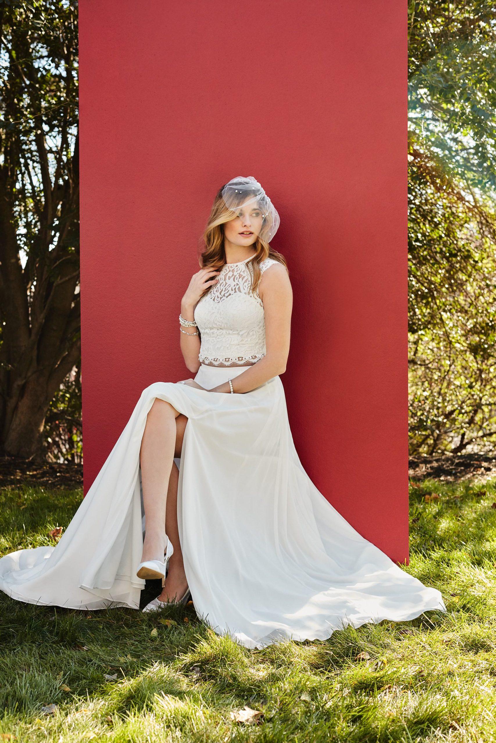 La mariée sépare la jupe en mousseline de soie