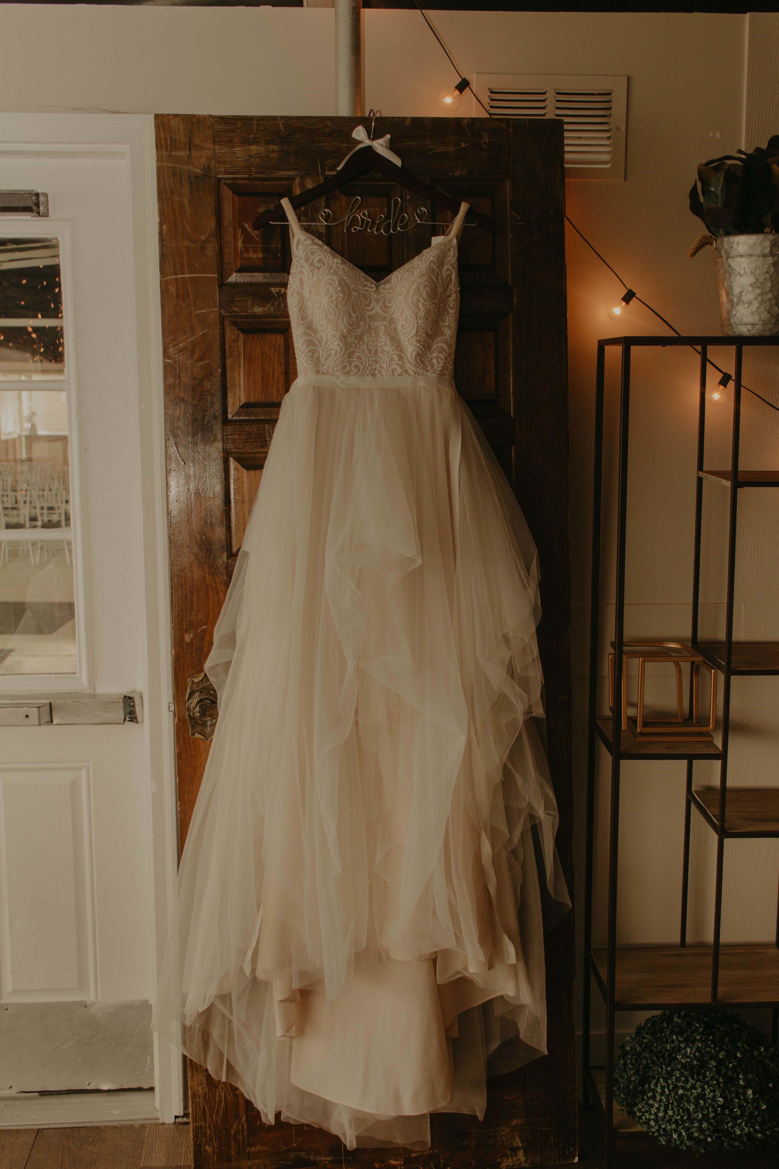 Bidikan gantung gaun pengantin