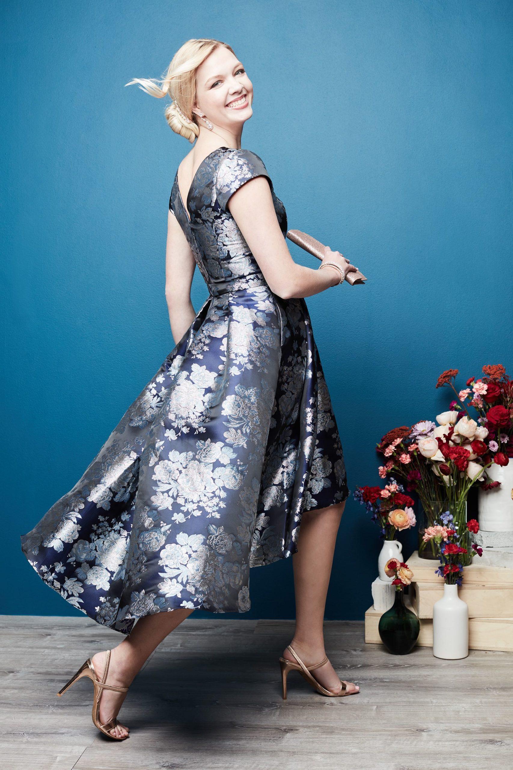 Gaun biru tinggi rendah dari Ibu