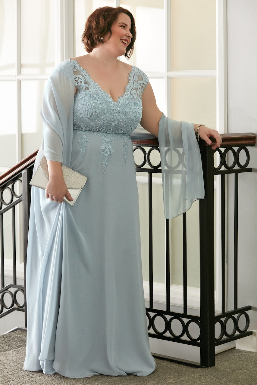 guest of spring wedding wearing dusty blue scalloped lace V-neck chiffon dress