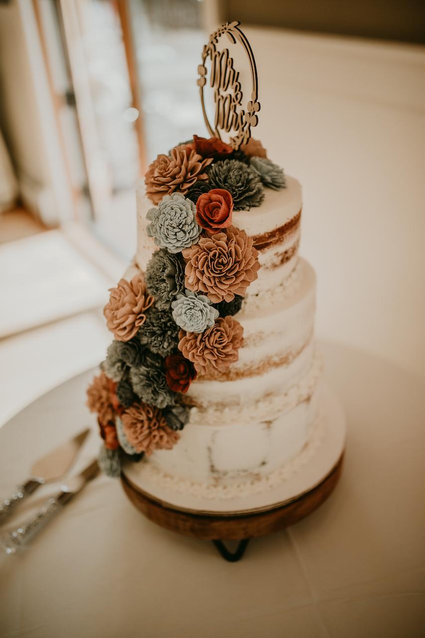 rustic outdoor wedding cake